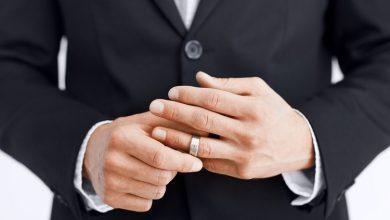 تصویر از علت بازی با حلقه ازدواج چیست؟