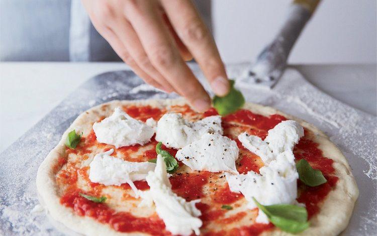 پیتزا با پنیر موزارلا