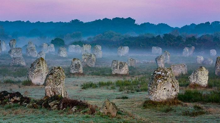 سنگهای ایستاده مگالیتیک کارناک (Carnac Megalithic Standing Stones)