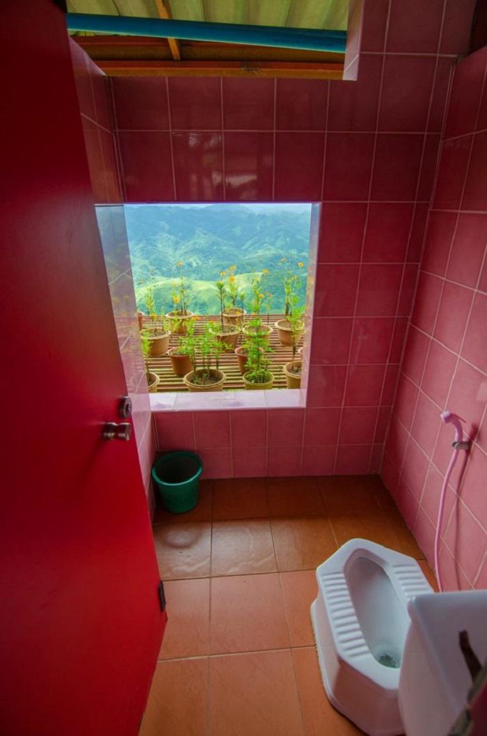 سرویس بهداشتی با نمای دره، لائوس (Laos)