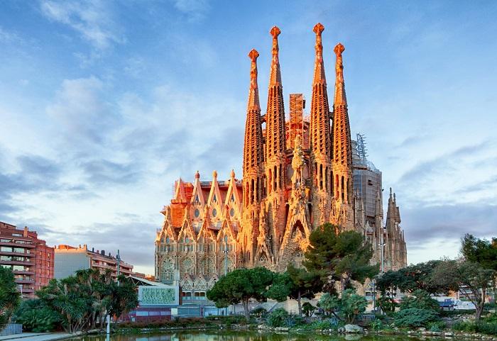 کلیسای ساگرادا فامیلیا (La Sagrada Familia) در اسپانیا