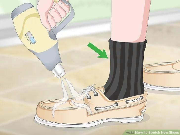 استفاده از سشوار برای گشاد کردن کفش تنگ