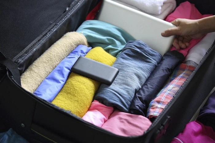 چیدمان لباس در چمدان